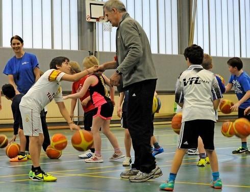 Die Trainer Gerd Maxin und Gesine Sierwald testen, ob die Kinder den Blick vom Ball nehmen können und weiter dribbeln, obwohl sie gerade durch eine Begrüßung abgelenkt sind.