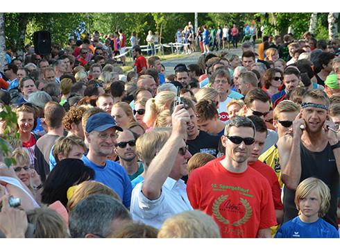Die ersten 225 Läufer des Staffelwettbewerbs gehen auf die Strecke rund um Deinste. Fotos Fehlbus