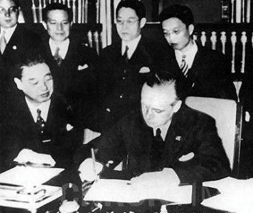Японский посол в нацистской Германии виконт Кинтомо Мусякодзи и министр иностранных дел нацистской Германии Иоахим фон Риббентроп ставят подписи на «Антикоминтерновском пакте», japan_germany_anti_commintern_pact_25_november_1936