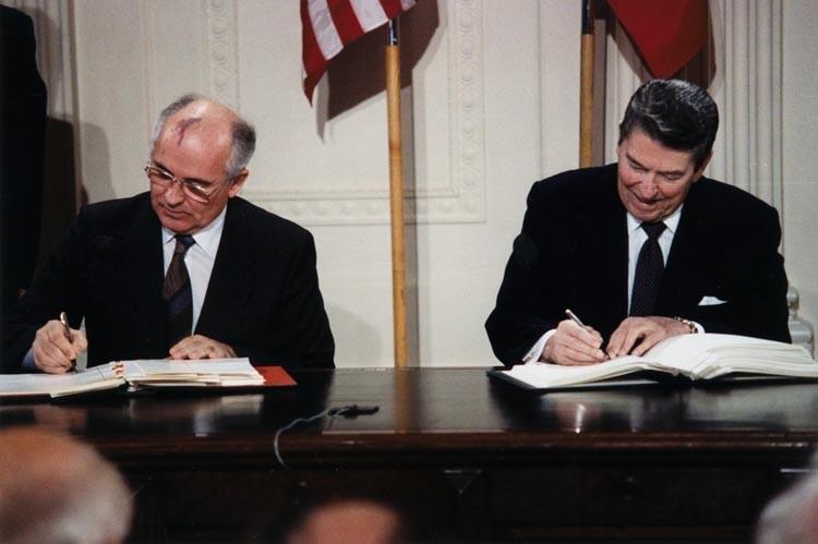 Подписание Договора о ликвидации ракет средней и меньшей дальности М.С. Горбачевым и Р.Рейганон, Вашингтон, 8 декабря 1987 г.