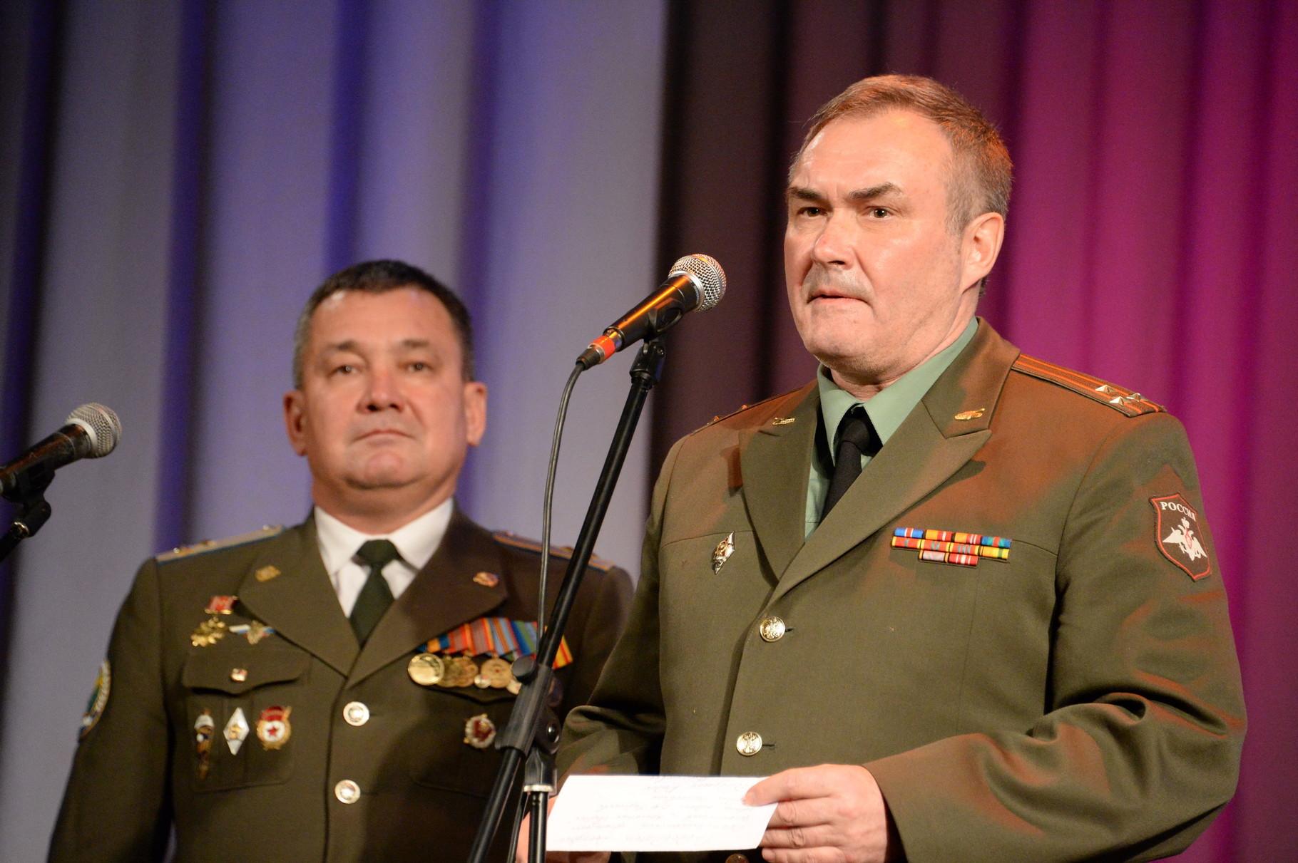 Вручение награды участнику Приштинского броска. Фото Павла Герасимова