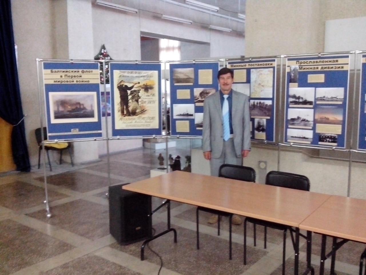 Профессор В.И. Бегун осматривает передвижную выставку
