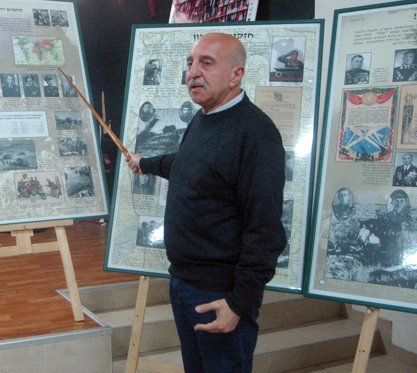 У стендов экспозиции во время экскурсии Г. Рейхмана