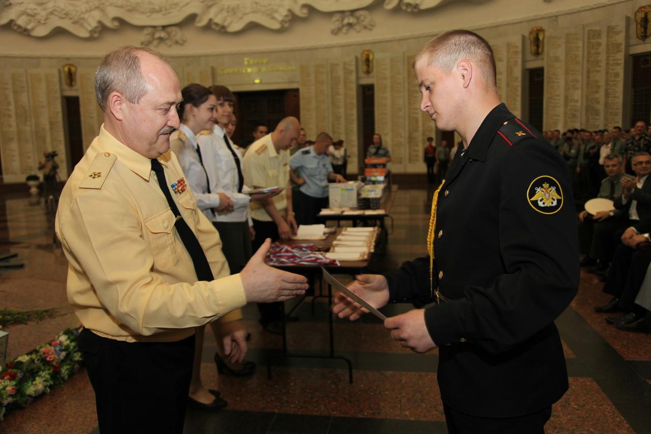 Заместитель начальника ГУК МО РФ контр-адмирал П.И. Антипин награждает команду Дальневосточного ВВОКУ (г. Благовещенск)
