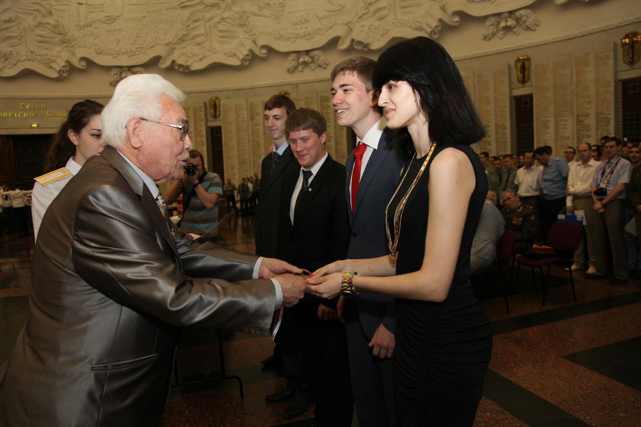 Студенты МГИМО получают награды от Героя Советского Союза К.К. Латыпова
