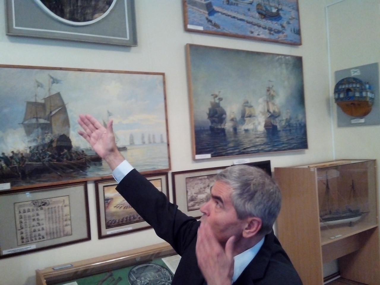Научный сотрудник Музея Балтийского флота В.И. Литвинов проводит экскурсию