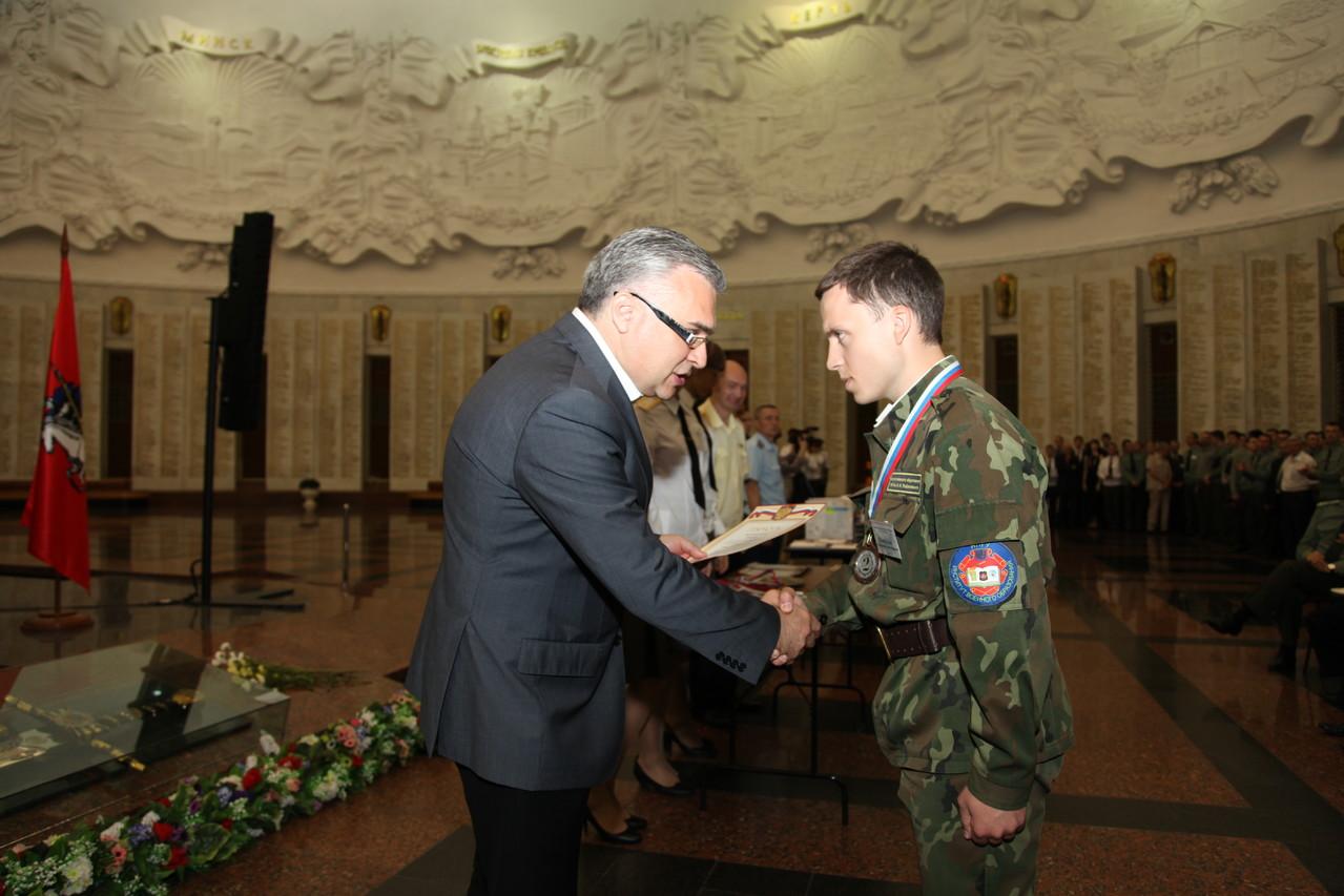Начальник Управления культуры МО РФ вручает награды команде Нижегородского госуниверситета