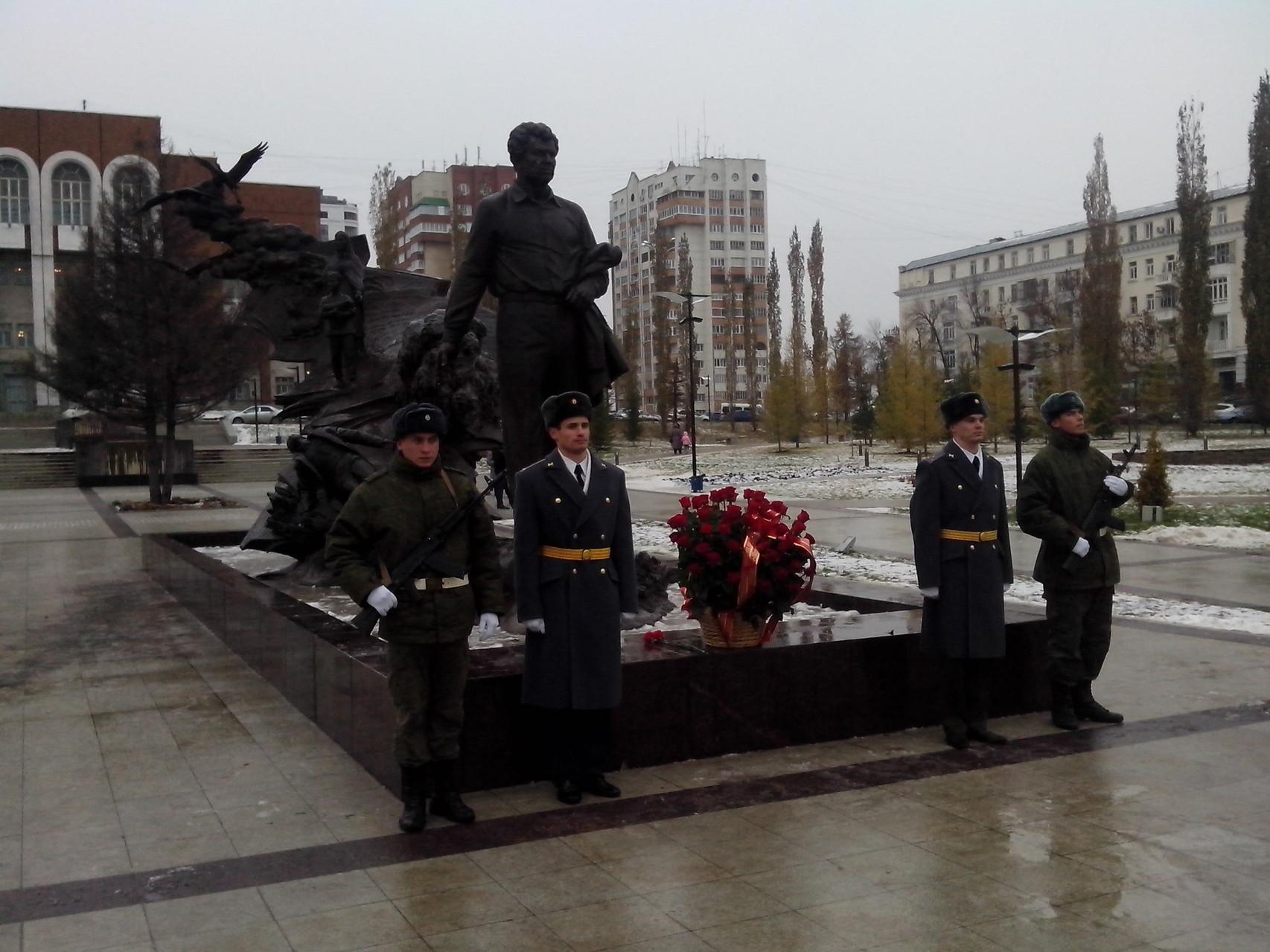 Почетный караул у памятника Мустай Карима