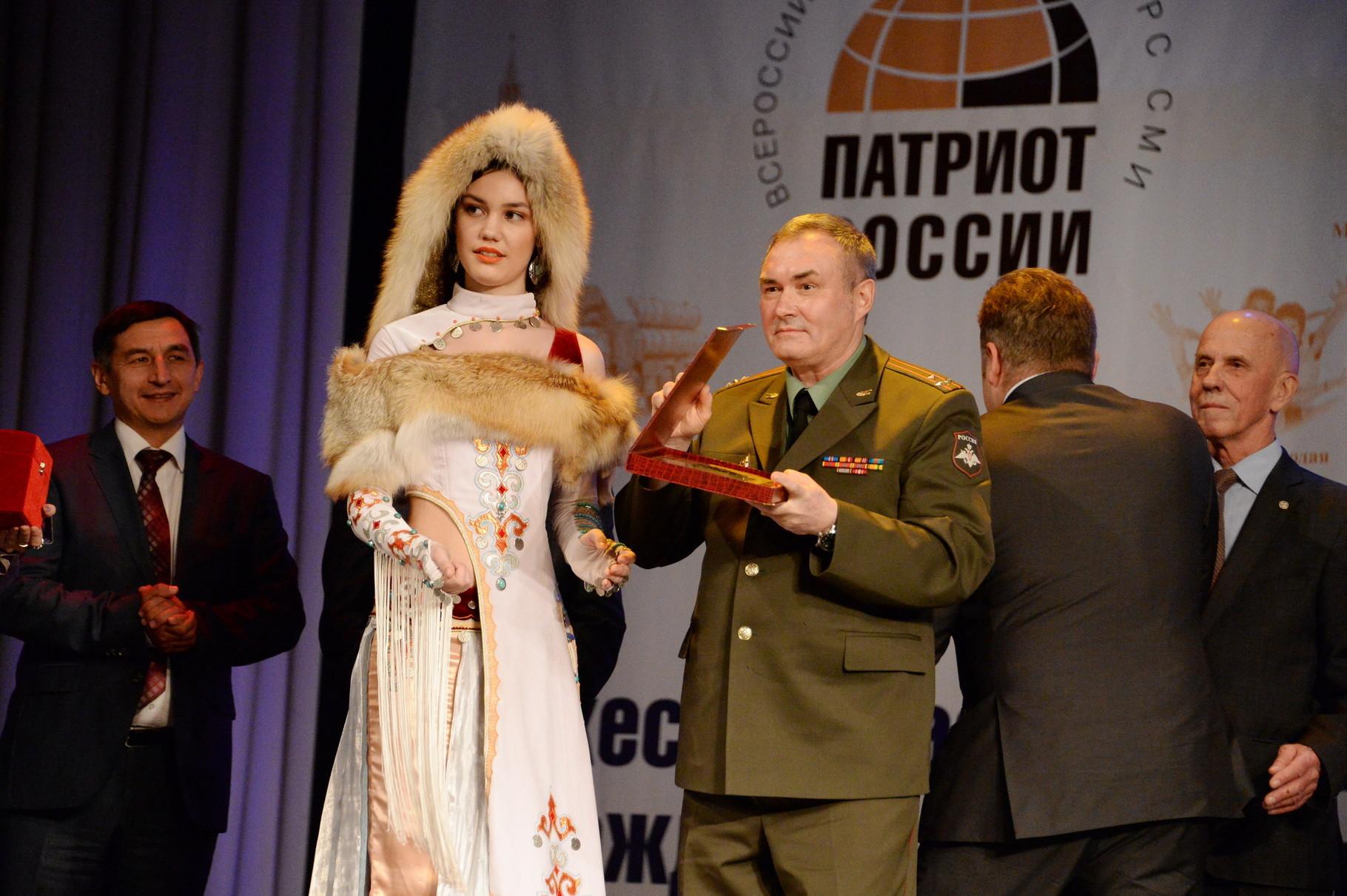 Николай Акбердин вручает специальный приз от Министерства обороны. Фото Павла Герасимова