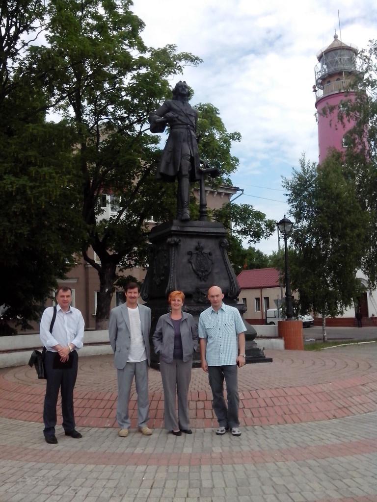 Участники конференции у памятника Петру I. Балтийск