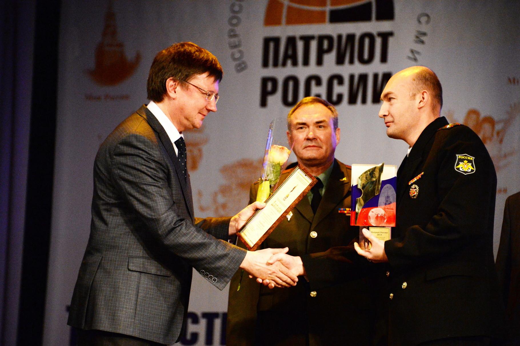Игорь Южанинов и Николай Акбердин вручают главный приз Владимиру Кикнадзе. Фото Павла Герасимова