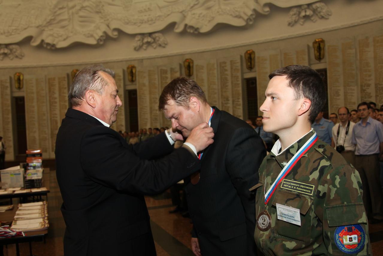 Награды победителям вручает начальник Института военной истории И.И. Басик