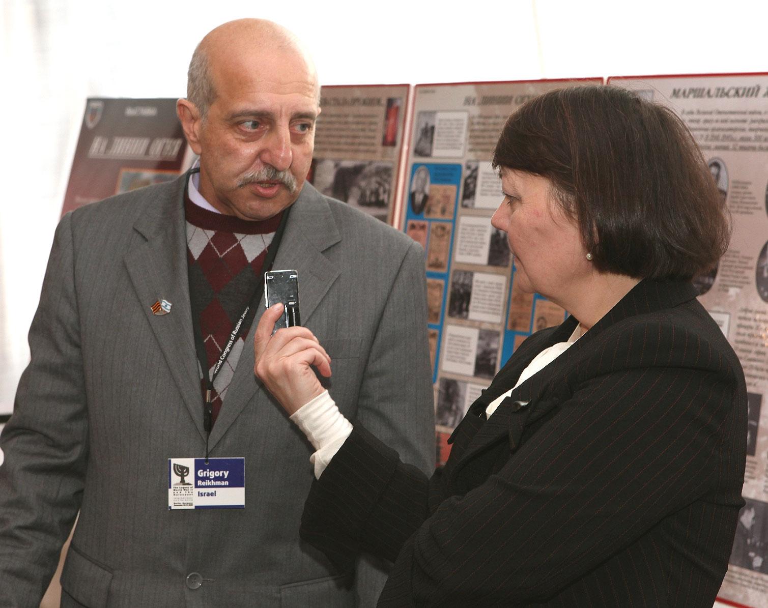 На конференции в Берлине, в декабре 2009г., ответы на вопросы российской журналистки (из архива Г. Рейхмана)