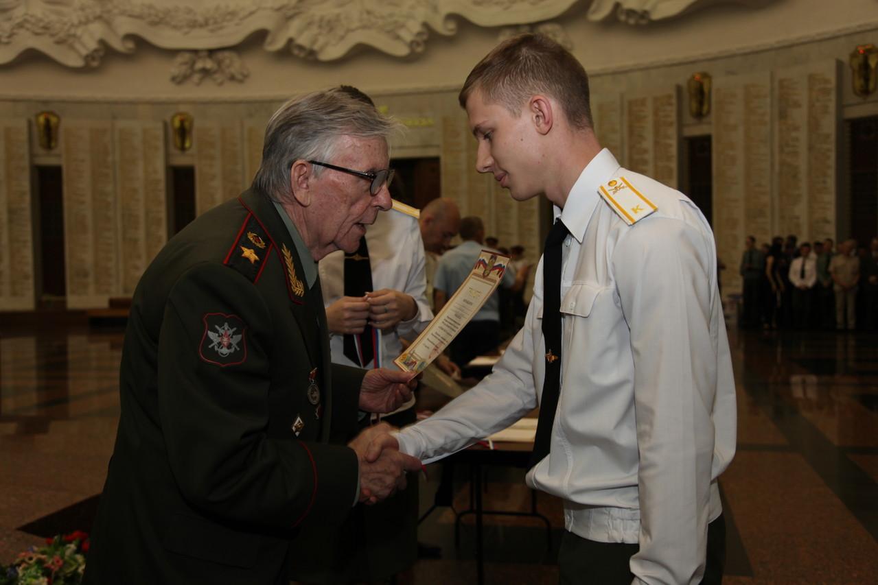 Генерал армии В.М. Шуралев награждает лучших военных историков