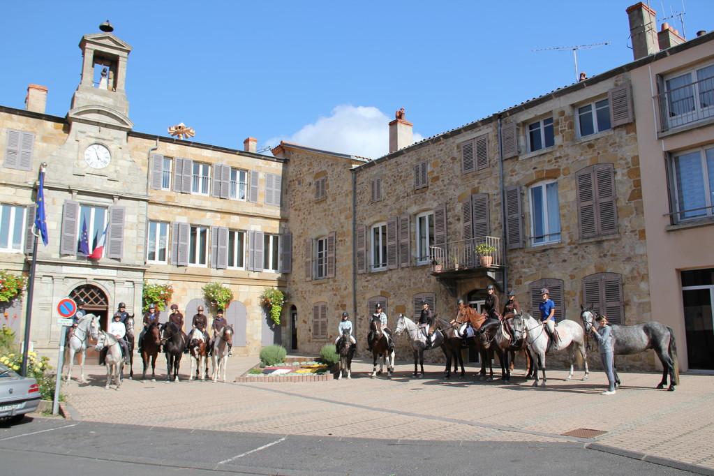 Photo de groupe sur le parvis de la Mairie