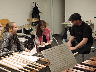 Larisa und Luana beim Interview mit dem Schlagzeuglehrer Stefan Kurzo