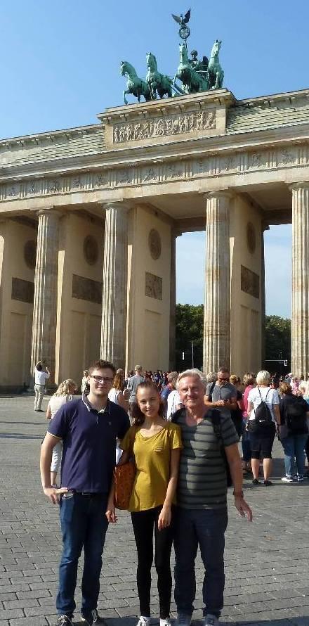 """Unsere """"Abgeordneten"""" für Berlin, mit abgeschnittenen Füßen, aber glücklich"""