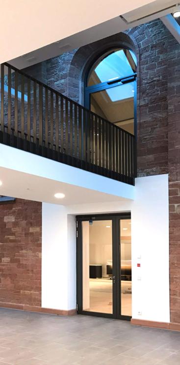 Rundbogen Tür mit Brücke und modernen Türen ©Gottstein John Architekten