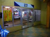 1階入り口|自販機のすぐ先に1階の入り口があります。英語で言うとエントランス?