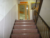 2階入り口|階段を上がると2階の入り口が見えます。