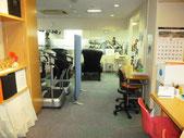 フロントの左側|フロントに向かって左側にリラックスルームやトレーニングジムがあります。