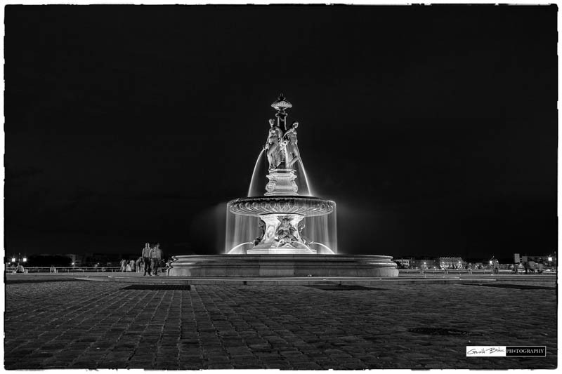 Bordeaux la fontaine des 3 graces  de nuit