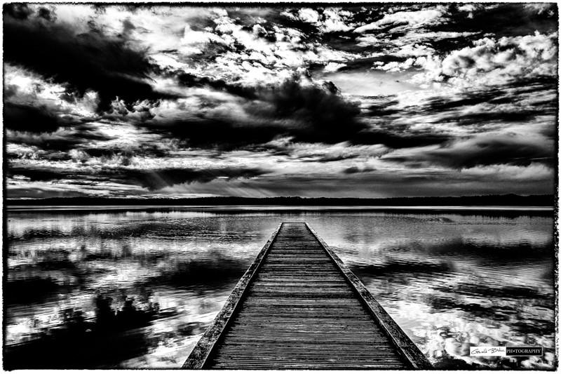 Photo en n&b de beaux ciels nuageux, des reflets