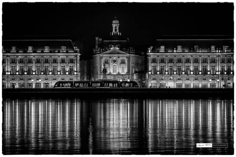 Bordeaux place de la bourse, le tram, en noir et blanc