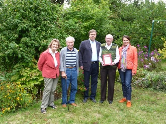 Monsieur Robert Six mit den Ehepaaren Anton († 2015) und Irmgard Mettenleiter sowie Margarete und     Konrad Scheuermann im Garten der Mettenleiters in Neresheim