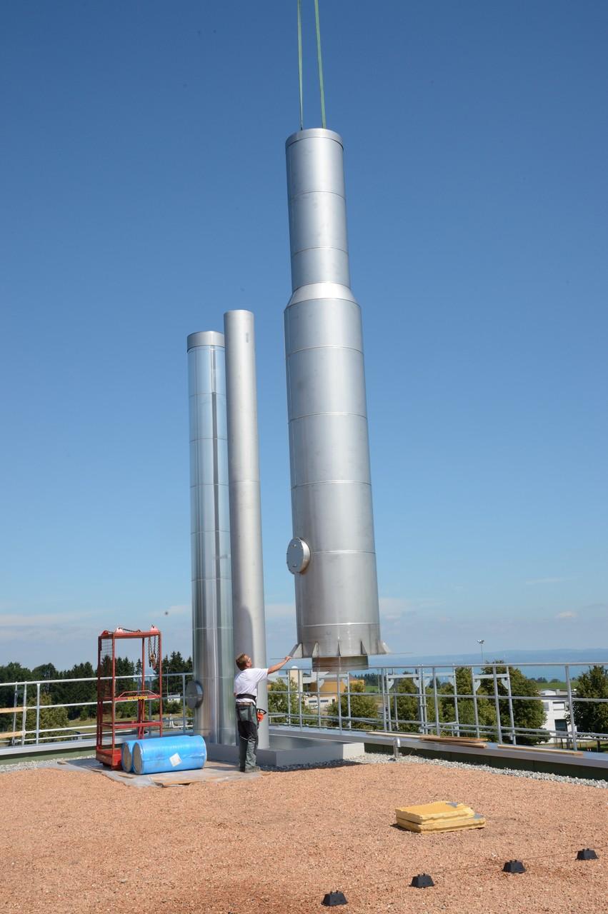 Abgasleitung auf dem Dach der Heizzentrale
