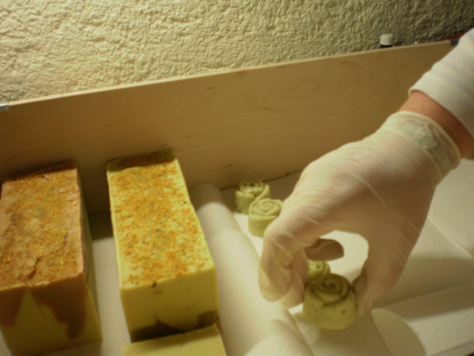 Die Reifungszeit dauert 4 - 5 Wochen. Bei Olivenölseifen 8 Wochen