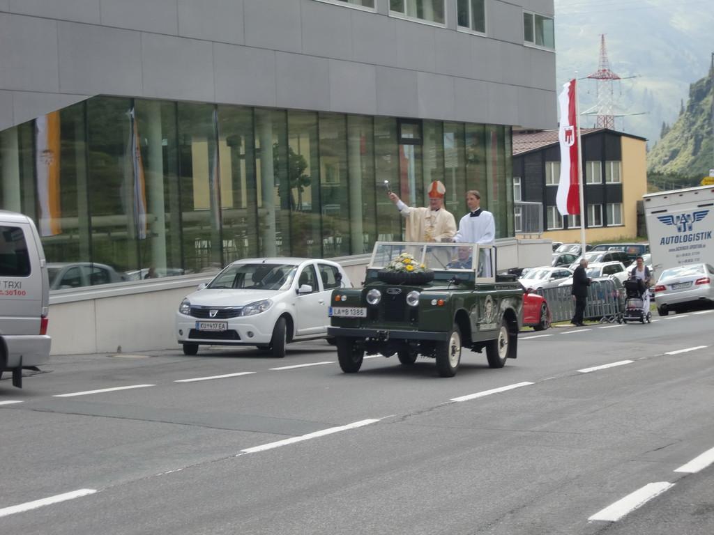 Bischof Manfred Scheuer bei der Segnung der Fahrzeuge