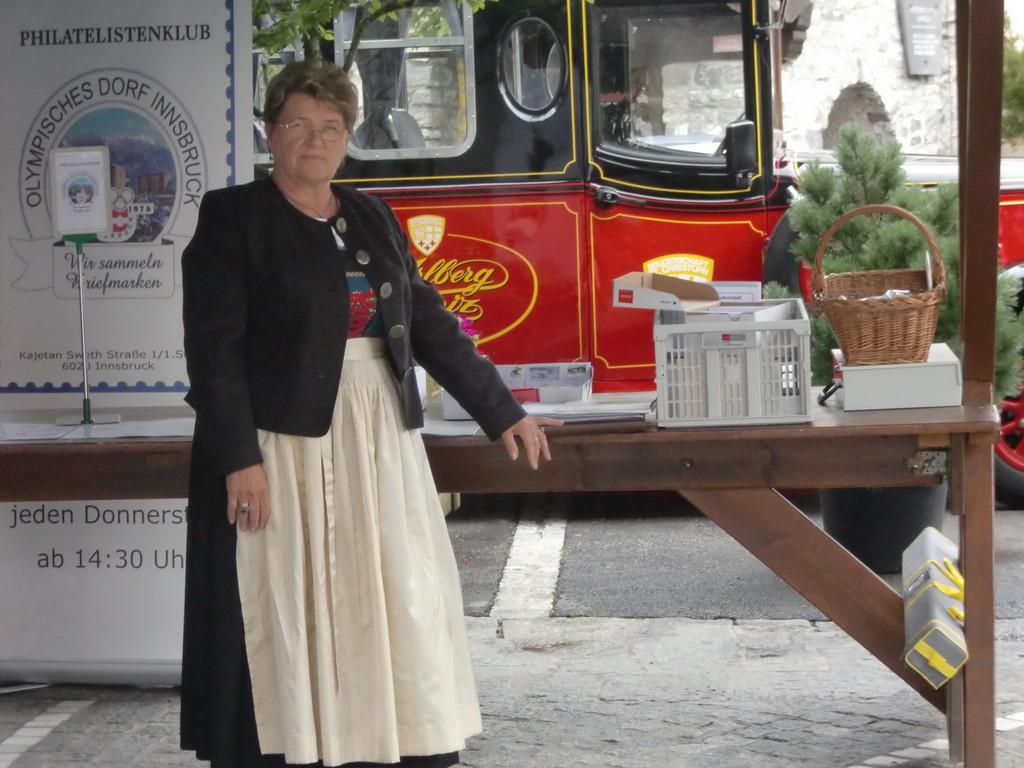 Heidi Thomann am Verkaufsstand St.Christoph