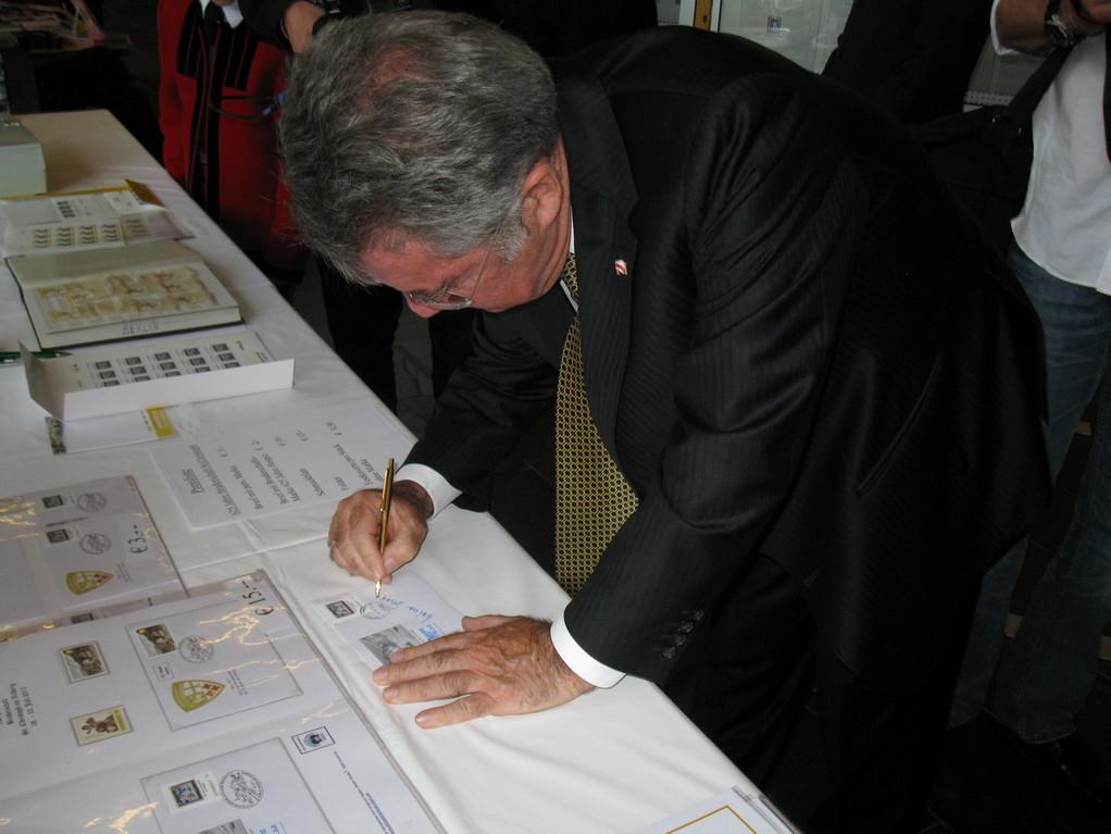 Herr Bundespräsident Fischer schlägt auch eine Autogrammbitte nicht aus.