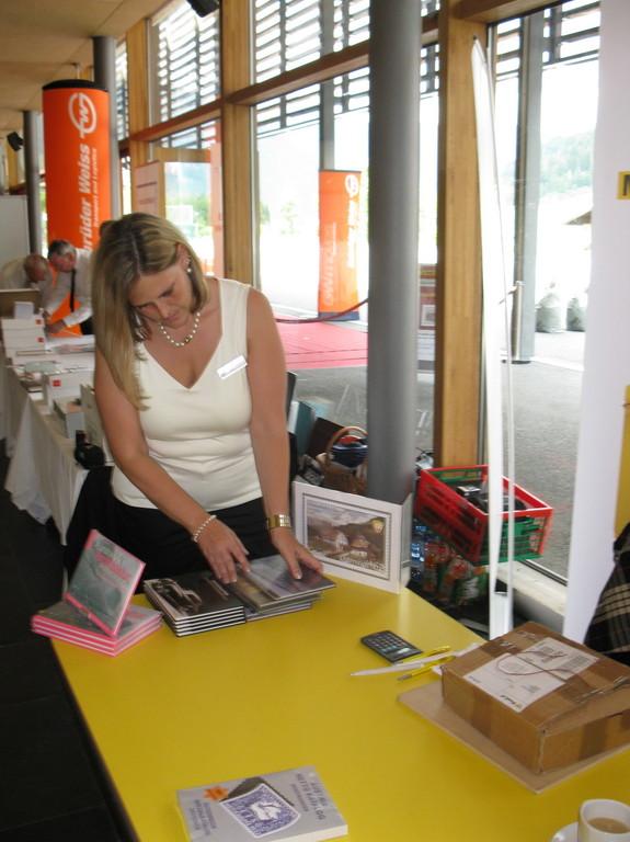 Martina beim Aufbau des Postshops