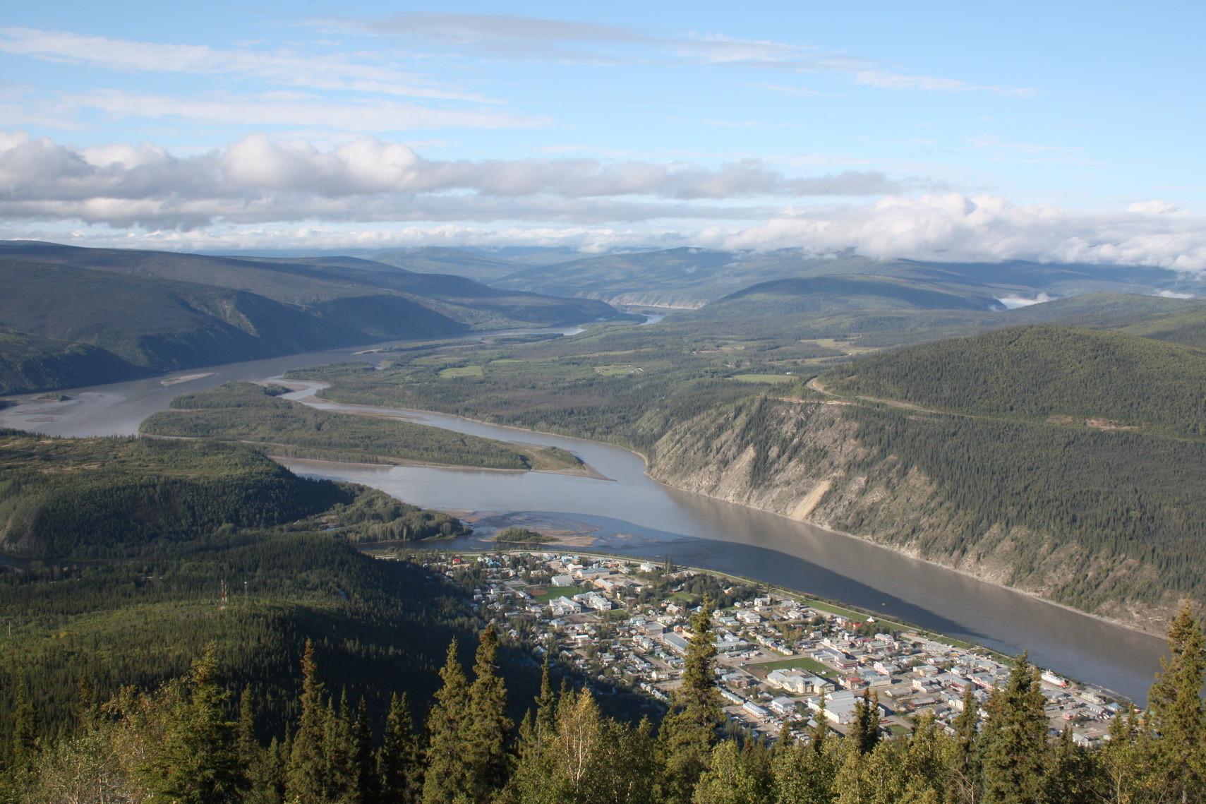 Der Yukon mit Dawson City und links dem einfließenden Klondike.