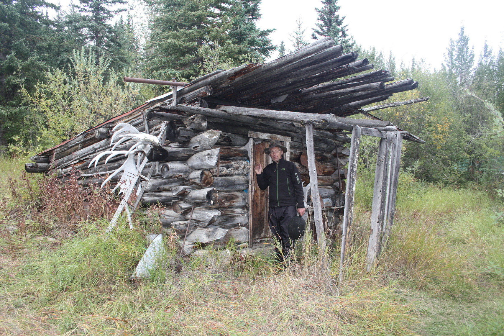 Alte Indianerhütte bei Hootalinga. Hier mündet der Teslin River in den Yukon River.