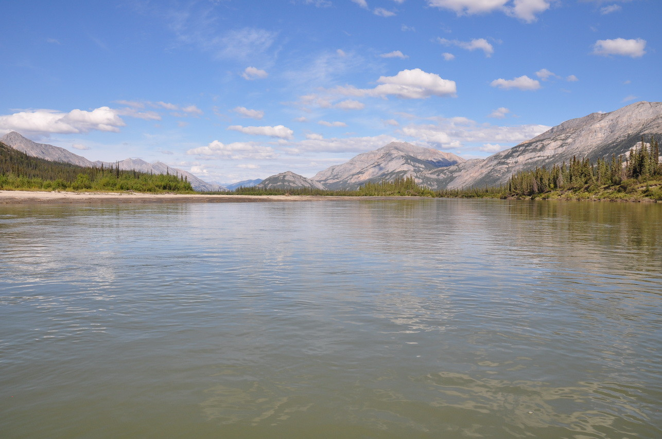 Der Alatna River fließt sehr ruhig dahin.