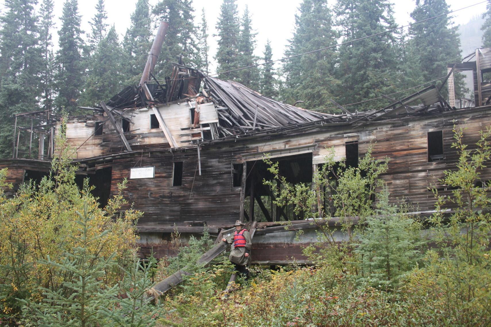 """Der ehemalige Schaufelraddampfer """"SS Evelyn"""" liegt heute im Wald und zerfällt zusehends."""