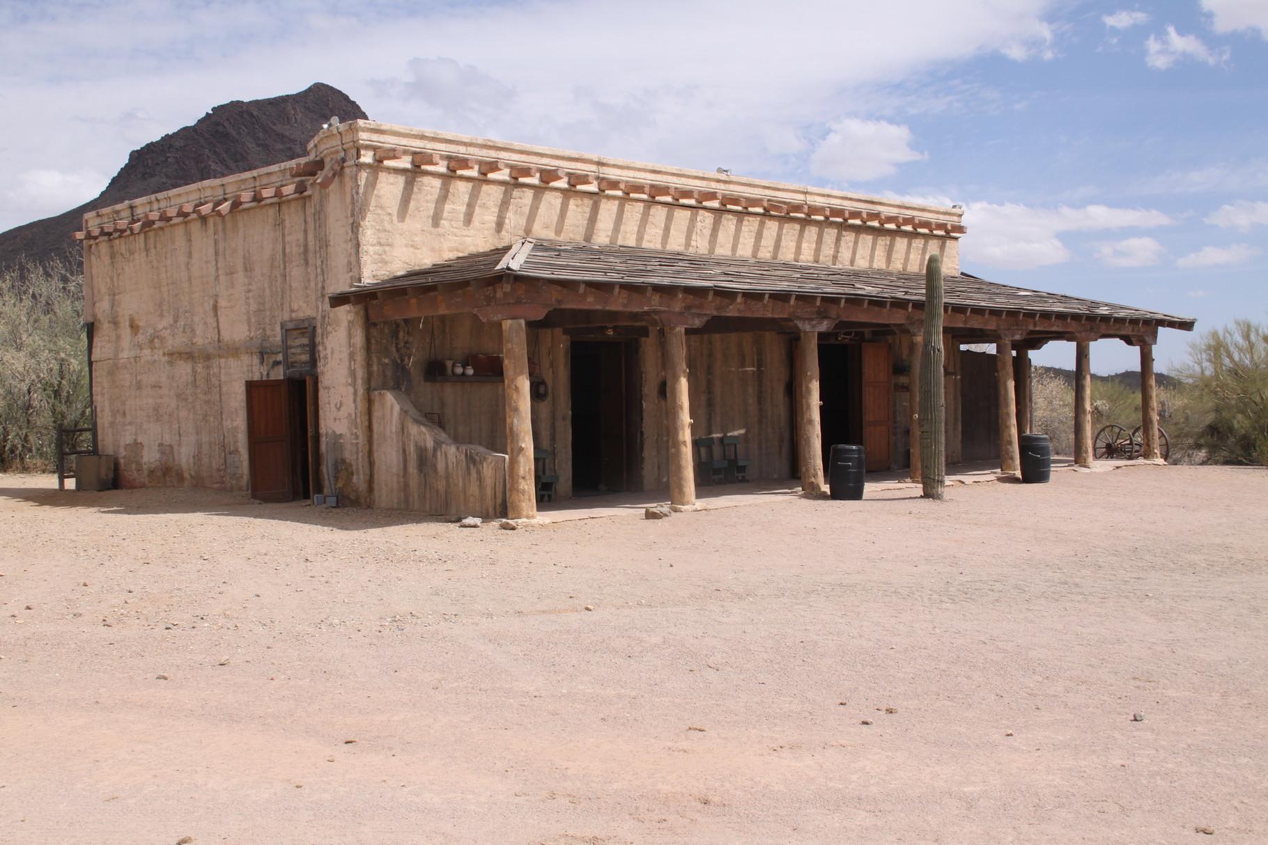 """Das Hauptgebäude aus der alten Serie """"High Chapparal"""""""