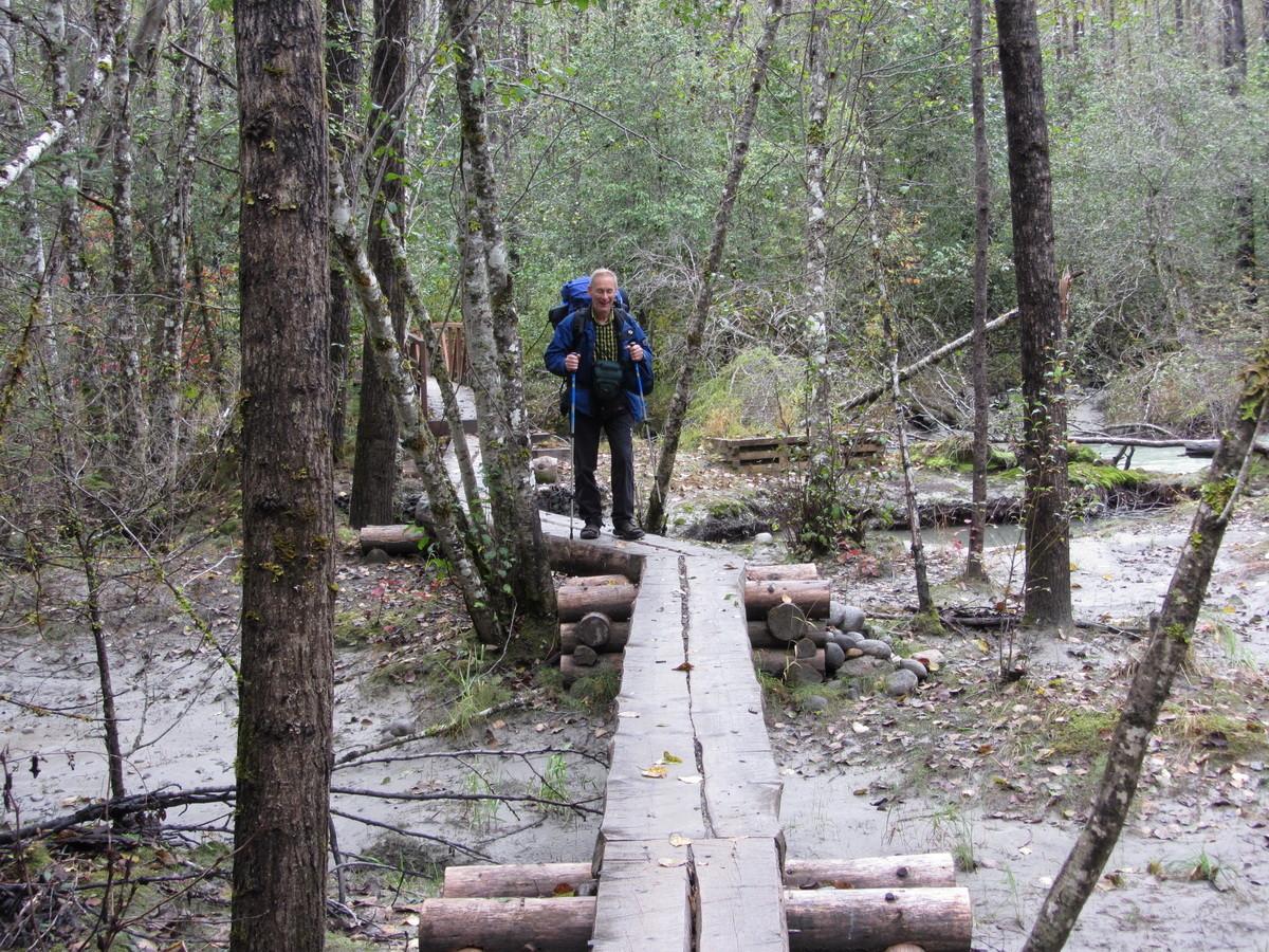 Hilfsbrücke durch überflutetes Gelände