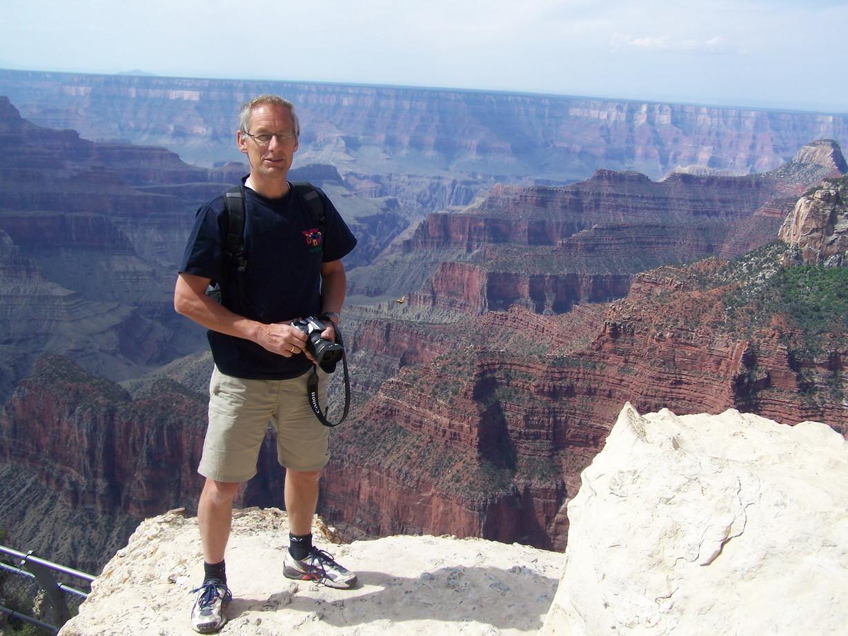 Im Hintergrund der Grand Canyon. Die North Rim liegt etwa 300 m höher als die South Rim