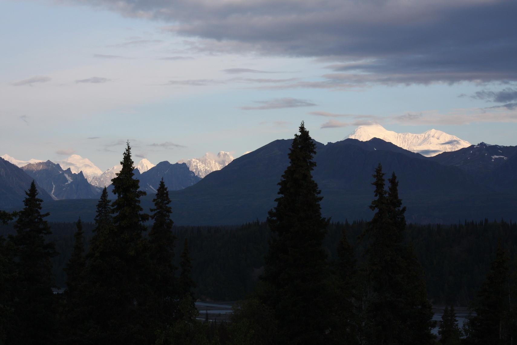 Blick auf den Mount McKinley, den höchsten Berg Nordamerikas (zweiter von rechts).