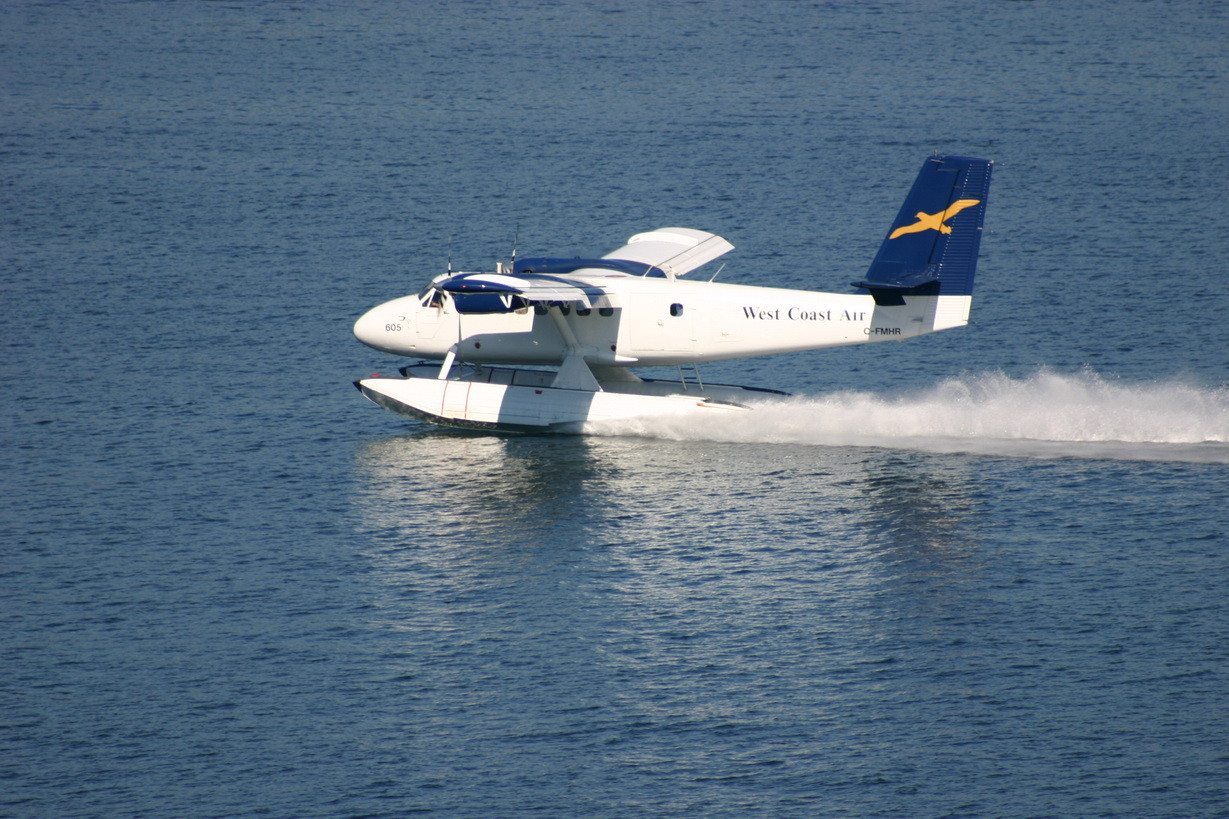 Ein Geschäftsflugzeug landet in Vancouver