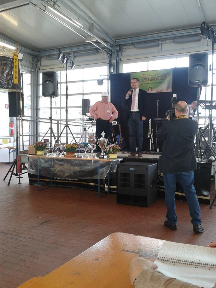 Oberbürgermeister Alexander Baumann und 1. Vorsitzender Rolf Sauter bei der Siegerehrung (Foto: K.K.)