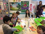 Des adultes apprennent l'anglais et pratiquent la conversation en anglais dans des cours  à Alphabet Road à Strasbourg