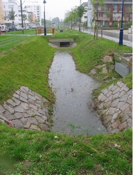 住宅地内に降った雨は、屋上緑化、庭、公園などで緩和されながら、最終的には住宅地内に設置された雨水マスに浸透する。ヴォーバンでは年間降雨量の6割以上が住宅地内で地下浸透されている。