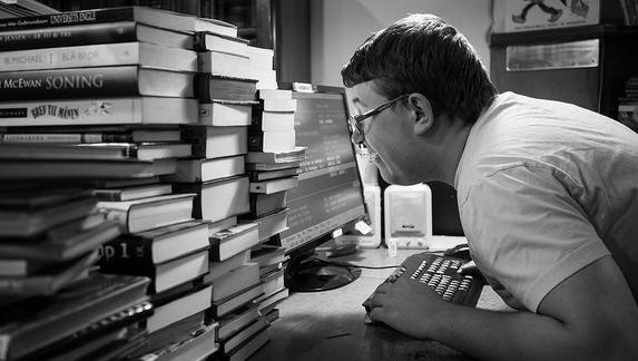 パソコン作業時の不良姿勢は首に負担がかかり、頭痛の原因になります。