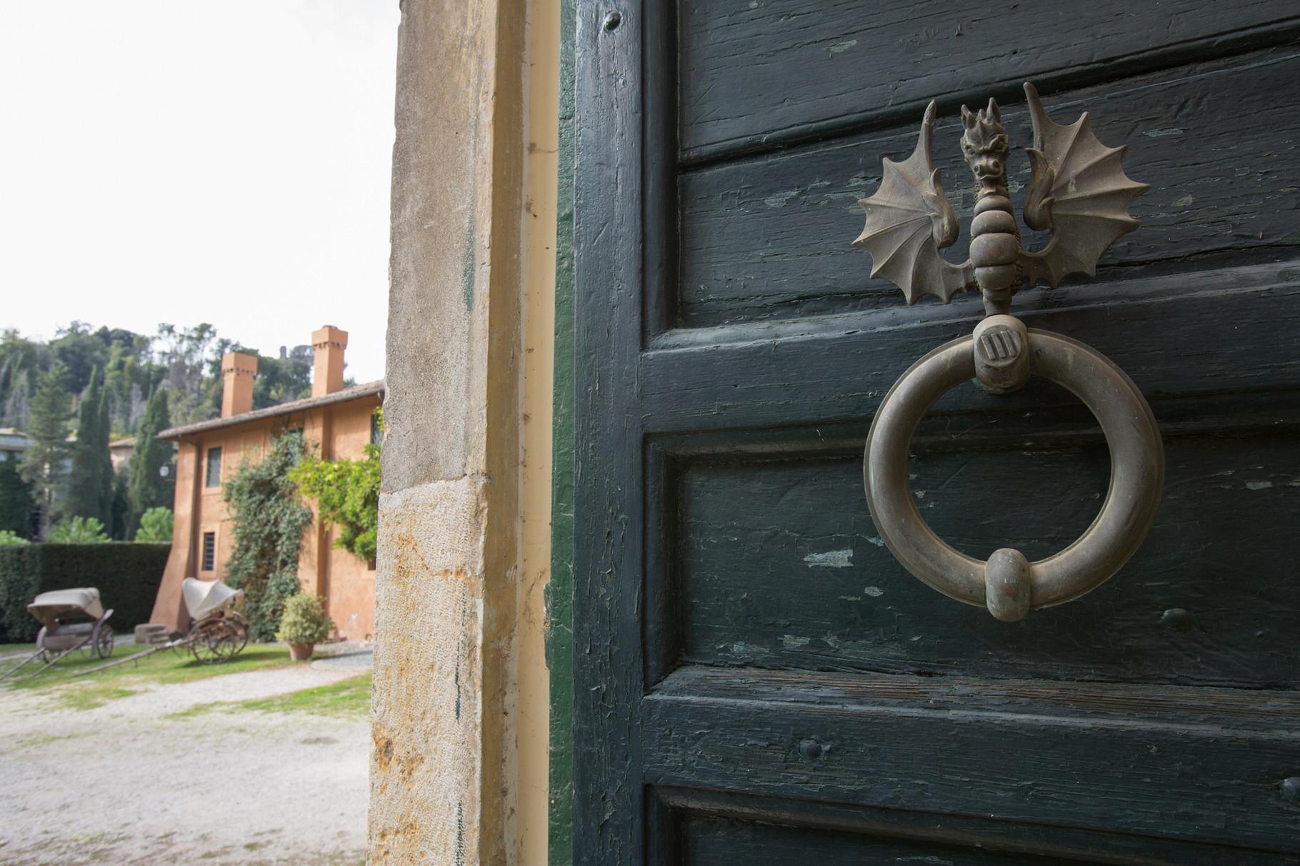 Borgo Boncompagni Ludovisi - dettaglio del portale della Chiesa