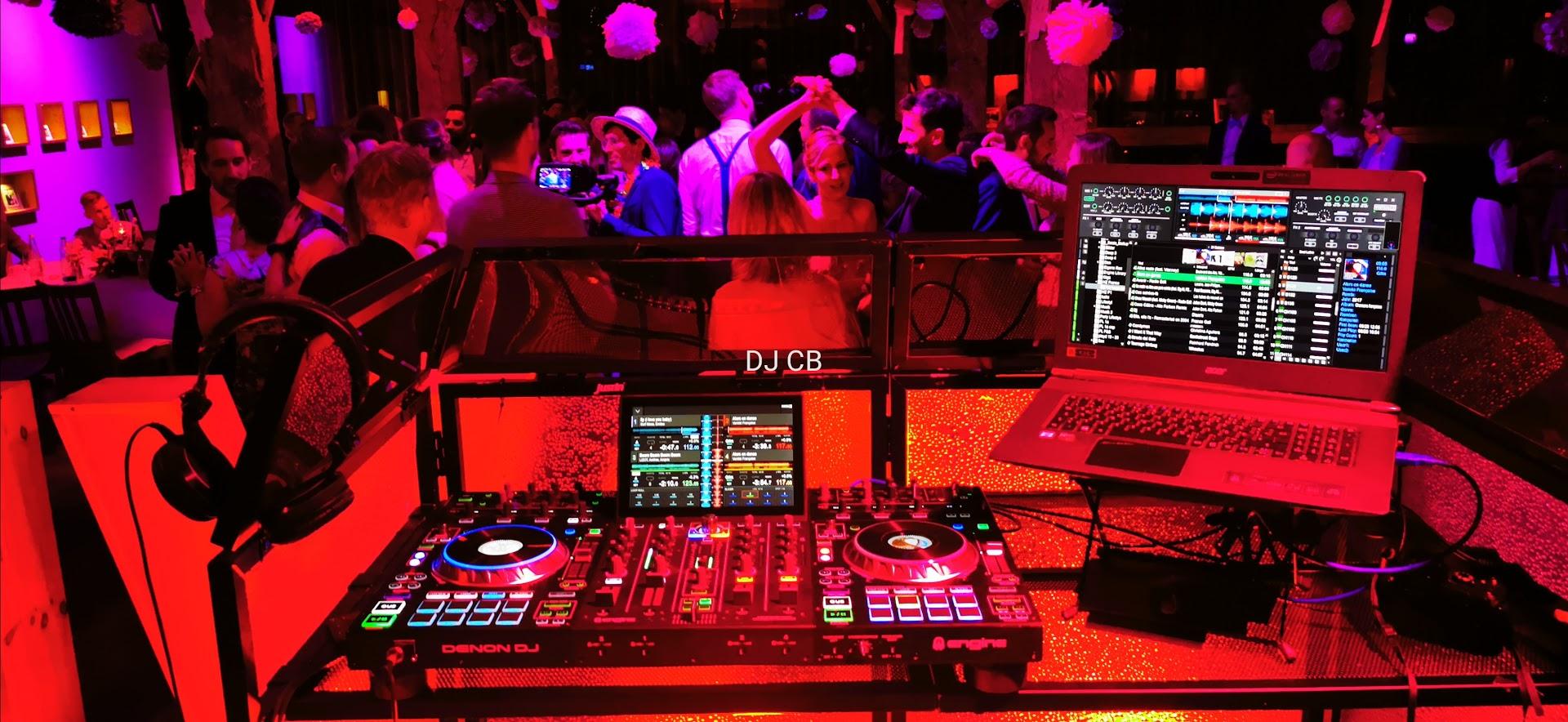 Das DJ Setup ist unaufdringlich aber doch präsent und hochwertig an die Begebenheit angepasst.